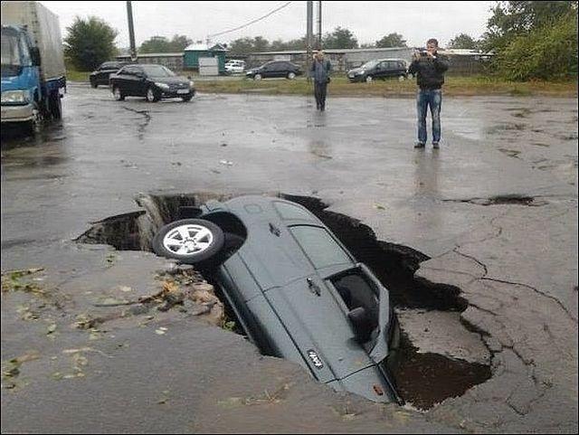 Попали в яму на дороге